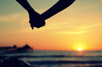 couple-hands-holding-hands-love-Favim.com-132409